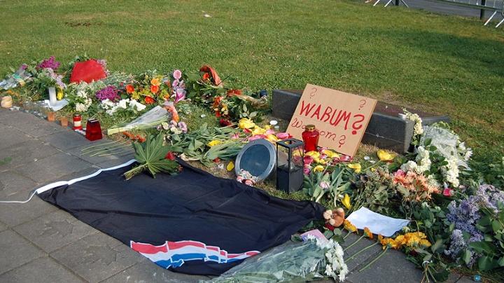 Land-in-rouwvlag In Apeldoorn, 30-04-09